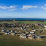 """Luftbild der Projektentwicklung """"Am Golfplatz"""" in Warnemünde / Diedrichshagen mit Blick auf die Ostsee"""